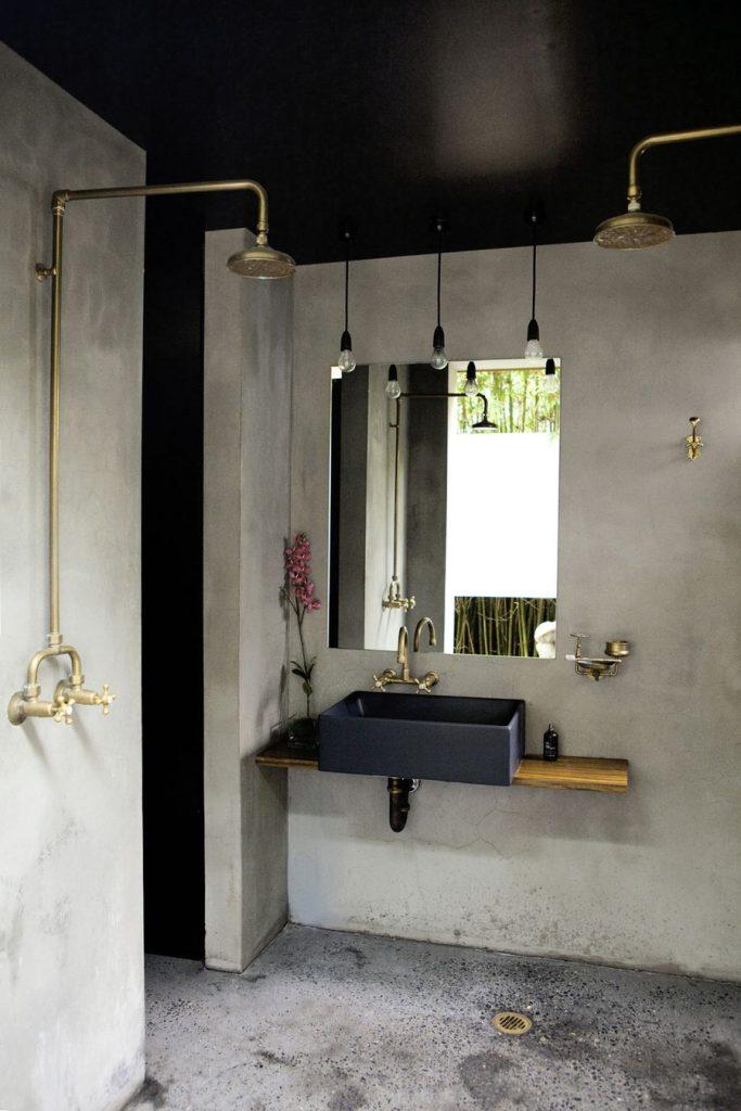 salle de bain avec plafond noir