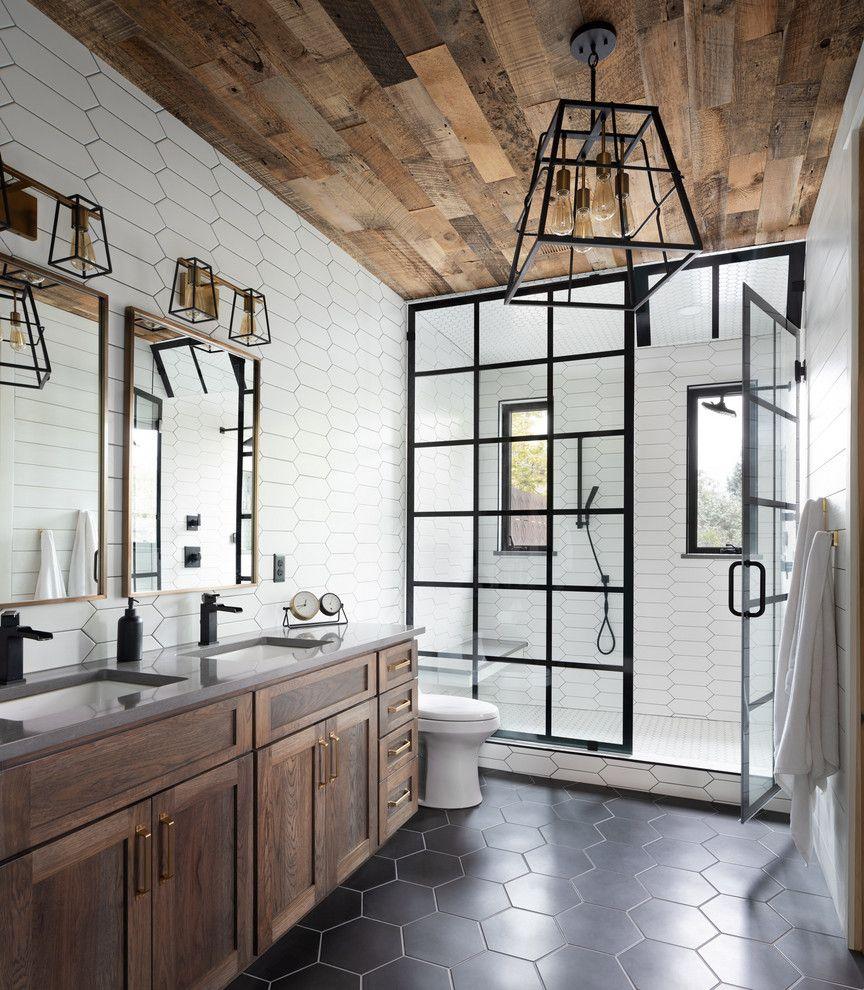 salle de bain industrielle avec touche de bois