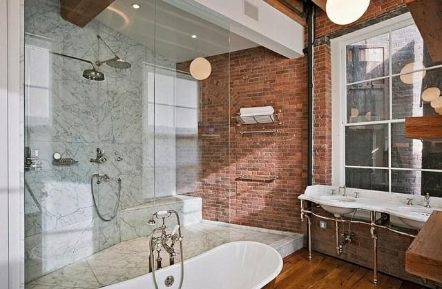 salle de bain industrielle avec brique