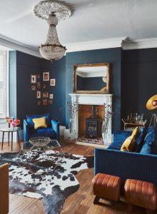 salon bleu avec bois